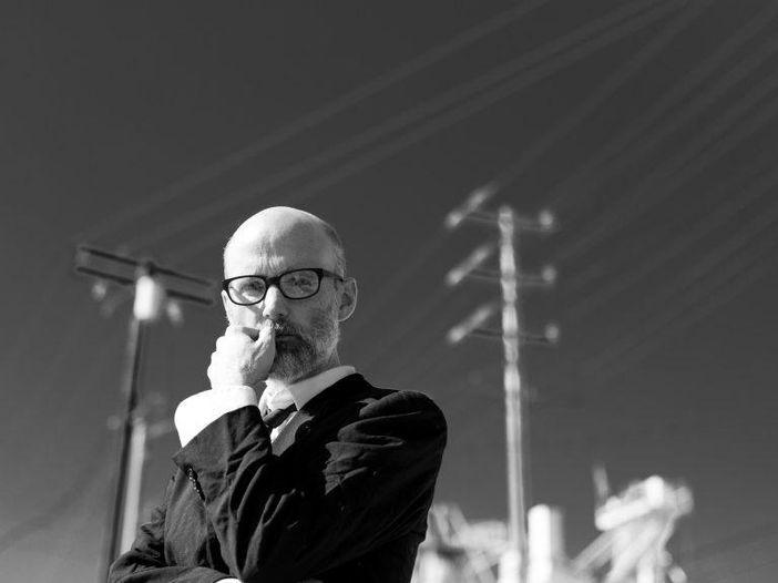 """Moby vuole essere salvato: il nuovo album """"Everything was beautiful, and nothing hurt"""", tra fede e vulnerabilità – INTERVISTA e VIDEO"""