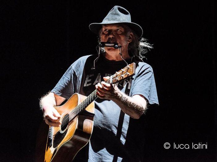 Neil Young: l'uso di marijuana blocca la richiesta di cittadinanza negli Stati Uniti