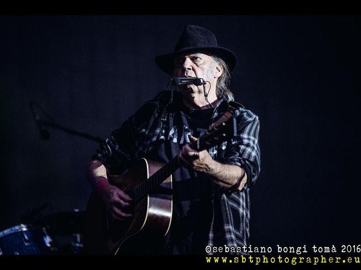 """Neil Young premiato in Canada: """"L'America è già grande, ma questa è la mia terra"""""""