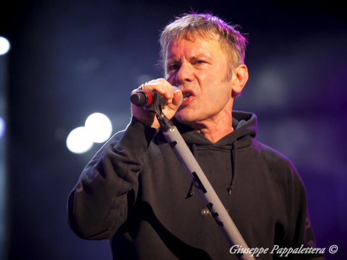 Bruce Dickinson (Iron Maiden) spilla la birra in un pub in Galles - VIDEO