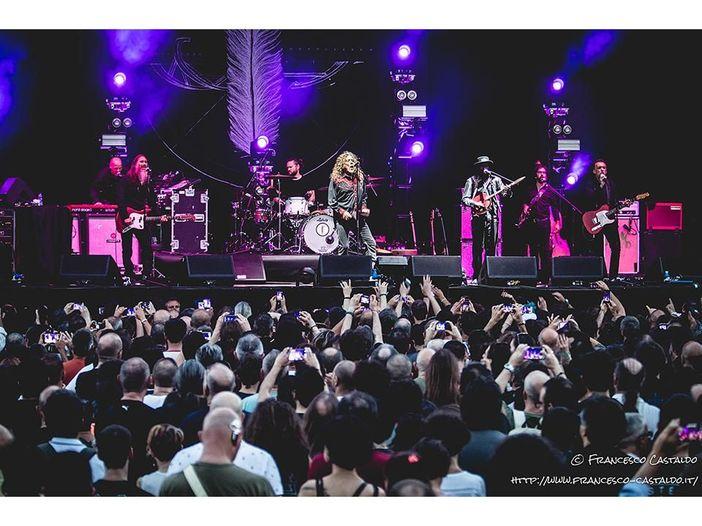 Robert Plant a sorpresa canta in una chiesa di campagna