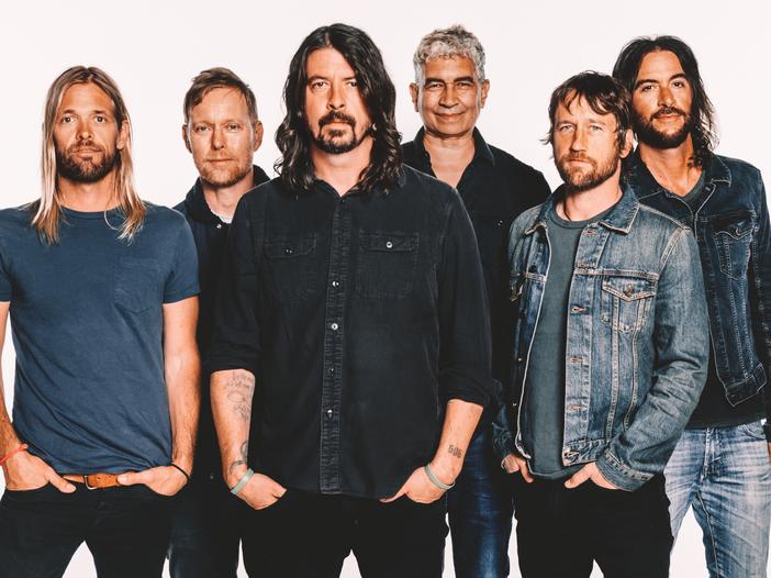 I Foo Fighters si trasformano in una ridicola squadra di football americano - VIDEO