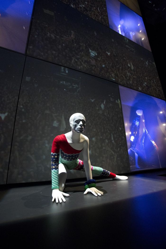 https://a6p8a2b3.stackpathcdn.com/TSnSTBPHIC8E3qpYdlMgZCoB_Bs=/700x0/smart/rockol-img/img/foto/upload/installation-shot-of-david-bowie-is-at-the-v-a-is-courtesy-david-bowie-archive-c-victoria-and-albert-museum-london-6.jpg
