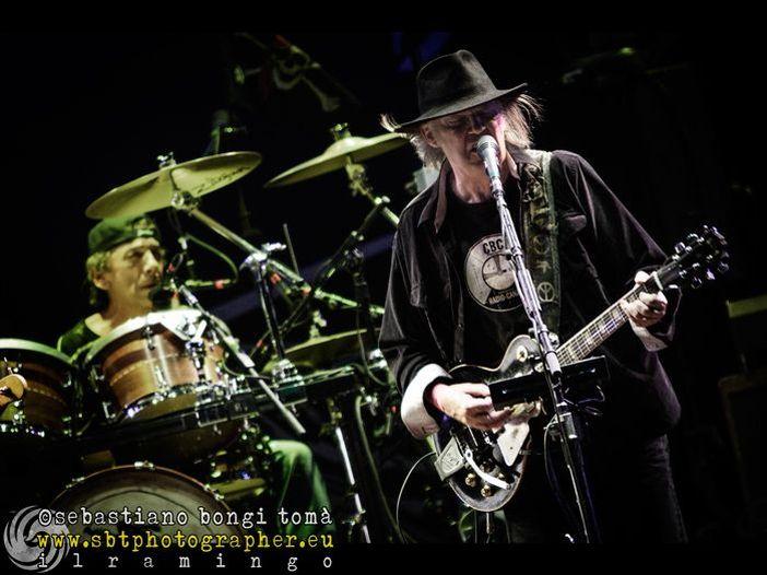 Neil Young: è online il video ufficiale di 'A rock star bucks a coffee shop' - GUARDA