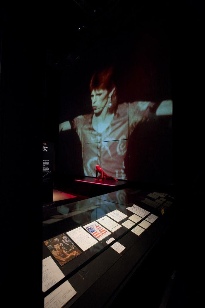 https://a6p8a2b3.stackpathcdn.com/U106gcUM1MrOjv8l9gSB4rwtFTU=/700x0/smart/rockol-img/img/foto/upload/installation-shot-of-david-bowie-is-at-the-v-a-is-courtesy-david-bowie-archive-c-victoria-and-albert-museum-london-5.jpg