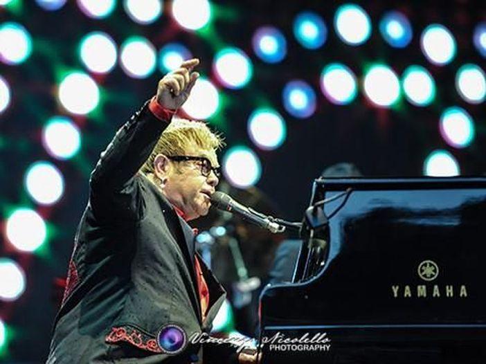 Elton John premiato dalla Università di Harvard per il suo impegno filantropico