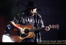 "Neil Young: nuova data di uscita per l'album live e il film ""Way down in the rust bucket"". Video"