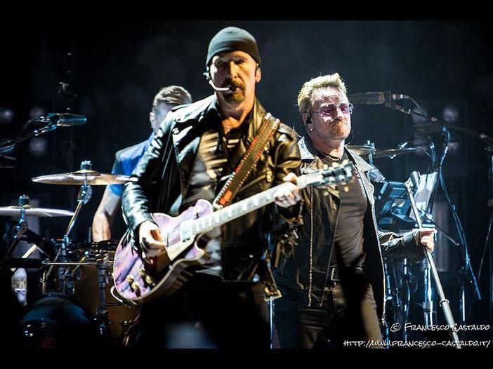 "Gli U2 presentano in TV la nuova canzone ""The little things that give you away"". ""A Manchester spirito indomabile"" - VIDEO"
