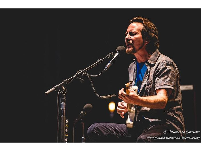 Kentucky: Eddie Vedder canta 'Happy Birthday' a Bruce Springsteen e suona 'Open All Night' - VIDEO