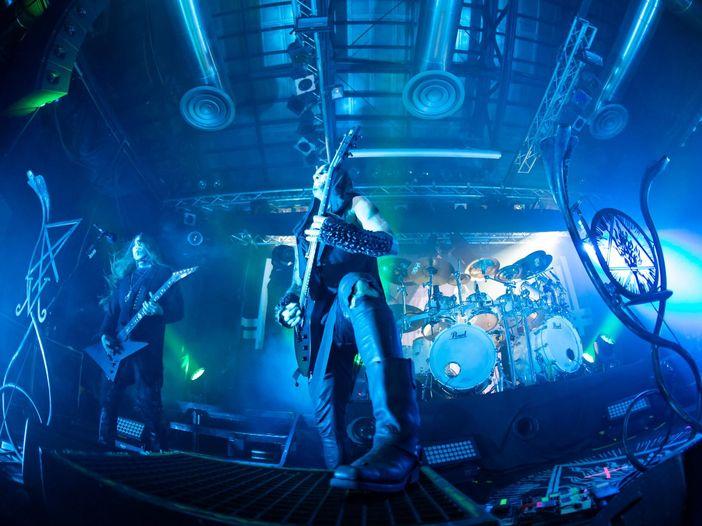 Sesso orale durante il concerto metal