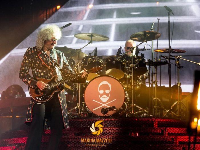 Queen: Brian May e Roger Taylor festeggiano il 2021 suonando in uno show tv giapponese. Video