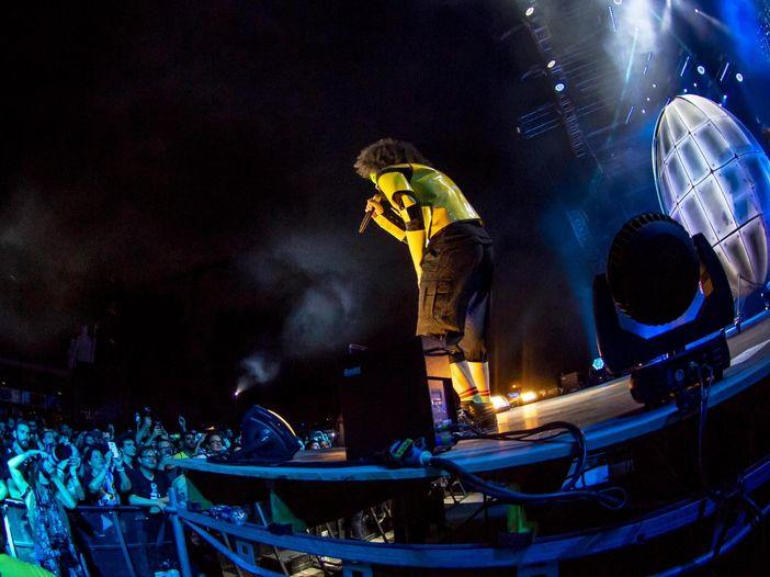 """Caparezza dal vivo a Lucca Summer Festival: guarda il video di """"Ti fa stare bene"""" e la fotogallery"""