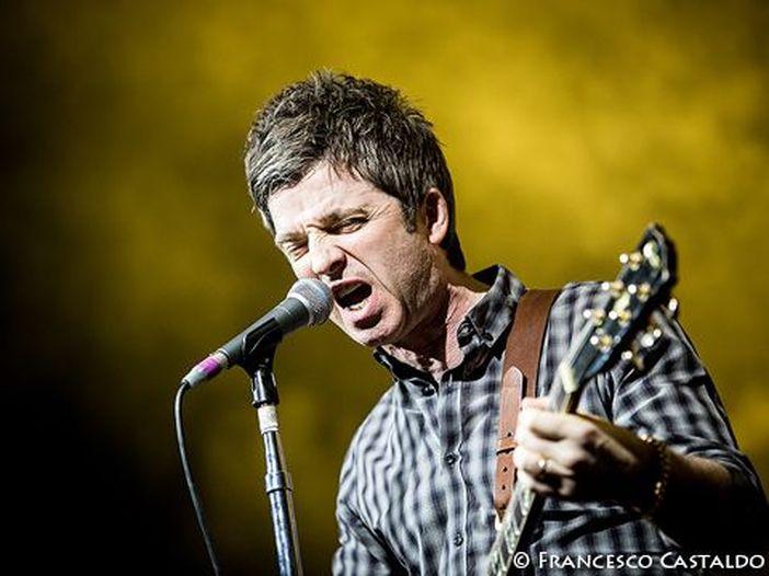 Noel Gallagher, resoconto tragicomico della trasferta italiana: 'In TV uno strazio'. E sulle donne della movida milanese...