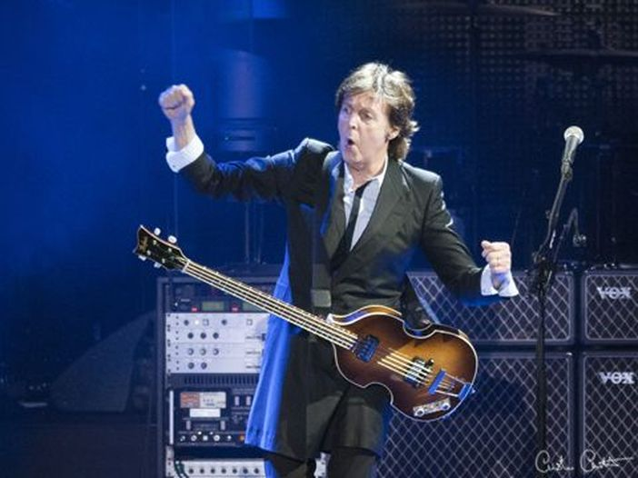 Paul McCartney, l'endorsement per Hillary Clinton: la ospita nel backstage del suo concerto e pubblica una foto sui social - GUARDA