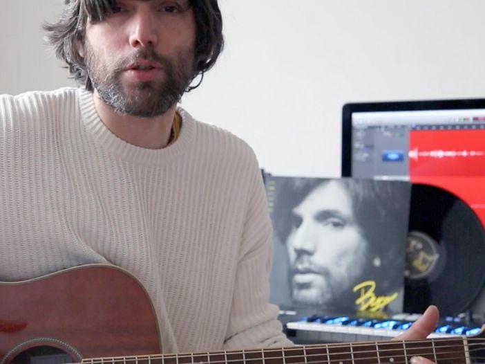 "Bugo senza filtri: ""Me la godo"" in versione acustica - video"