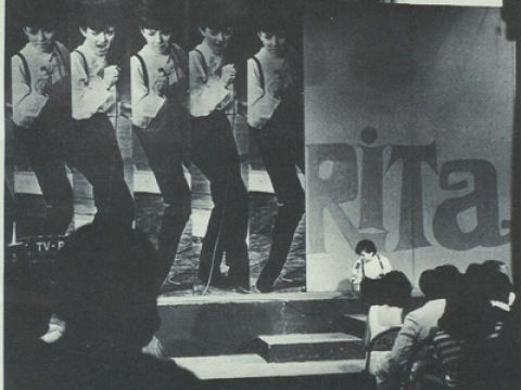 """Nel 1964, ad appena 14 anni, esordisce al Teatro Ciak. Nel 1965 inizia a frequentare il Piper Club. Lì viene notato da Don Lurio e scritturato per il gruppo di ballo """"Collettoni e Collettine"""", che fa da supporto a Rita Pavone (nella foto)."""
