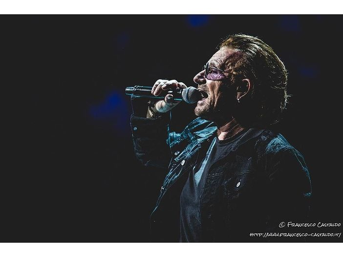 U2: guarda Bono e The Edge fare 'Christmas (Baby Please Come Home)'. Video