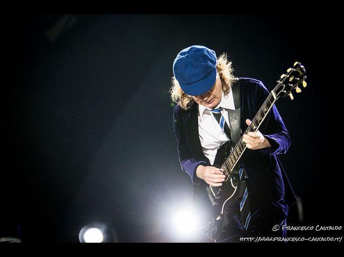 AC/DC, Jesse Fink riapre il caso della morte di Bon Scott. E della sostituzione Johnson/Rose dice: 'Così Young ha distrutto l'eredità della band'