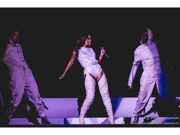 Rihanna in topless mostra la nipotina Majesty - FOTO