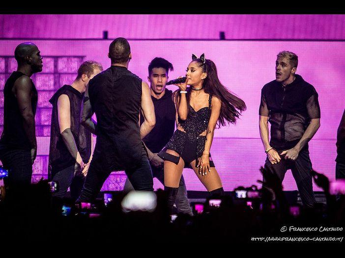 """Ariana Grande batte Mariah Carey, per """"7 rings"""" il record assoluto di streaming in un giorno"""