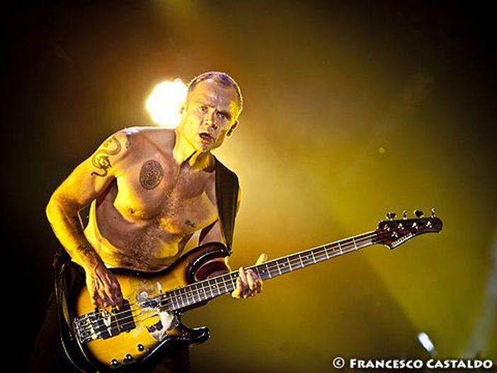 Flea, Red Hot Chili Peppers, critiche per l'inno americano prima dell'ultima partita di Kobe Bryant. Lui: 'Non mi interessa il parere degli ottusi'