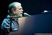 Brian Wilson canta e suona al pianoforte 'Love and mercy': video