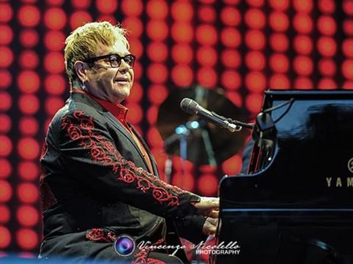 Elton John: ecco il video della nuova collaborazione con Rina Sawayama