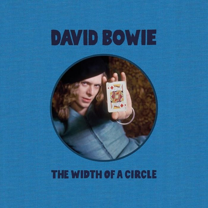 https://a6p8a2b3.stackpathcdn.com/aRfmIy6eGitpLZ5psP4wbE-Cs28=/700x0/smart/rockol-img/img/foto/upload/david-bowie-the-width-of-a-circle-cover.jpeg