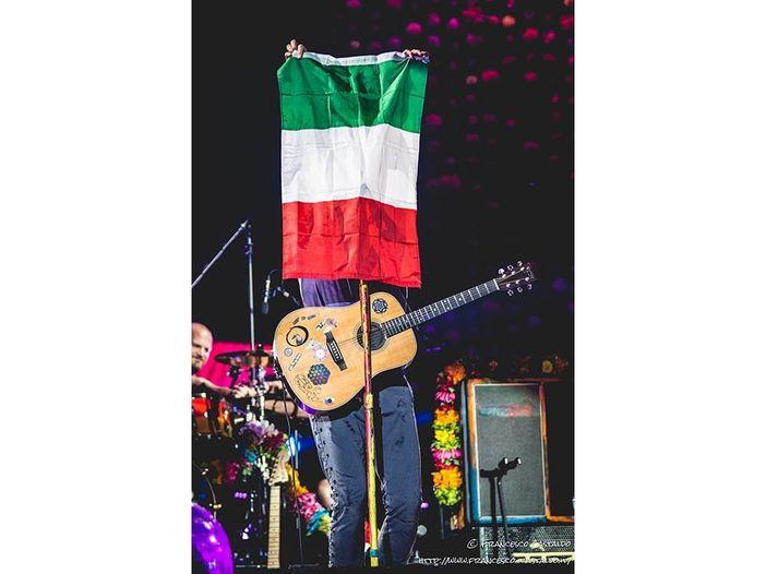 """Coldplay: guarda i video di """"Daddy"""" e """"Champion of the World"""""""