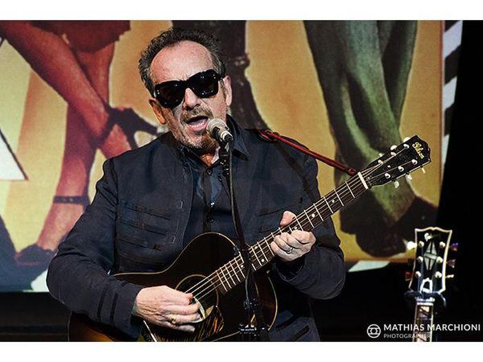 """Elvis Costello con Vega canta in italiano """"Dio come ti amo"""" di Domenico Modugno"""
