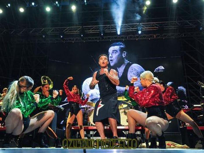 Concerti, Robbie Williams: uno show privato a sorpresa per i dipendenti di Luxottica a Belluno - FOTO / VIDEO
