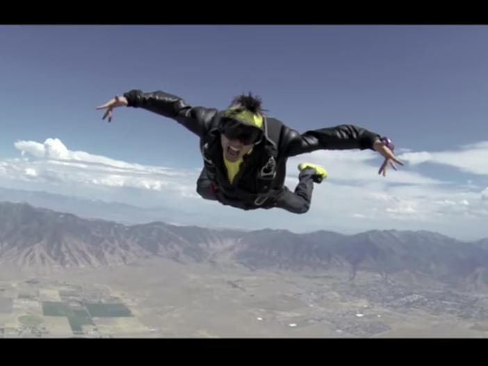 Precipita da un aereo per girare il nuovo video: addio al rapper Jon James