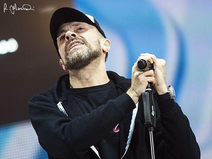 Max Pezzali, fuori oggi il nuovo singolo 'E' venerdì' (l'ascolto di Rockol); a giugno l'album 'Astronave Max'