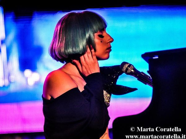 Lady Gaga torna sul palco (assieme a 5 presidenti) per le vittime degli uragani