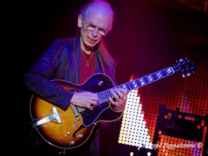 Yes: tour cancellato per l'improvvisa morte del figlio di Steve Howe