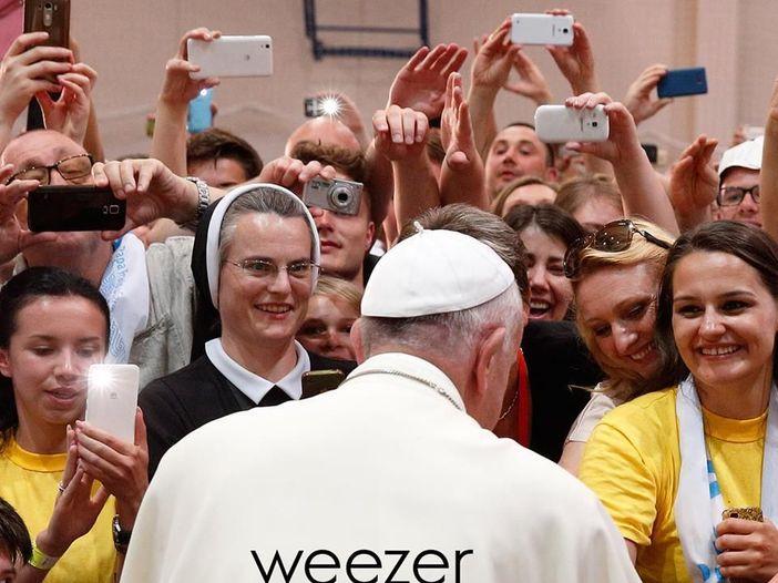 """Papa Francesco sulla copertina del singolo degli Weezer: ecco il testo di """"Thank God for girls"""", parla di masturbazione"""