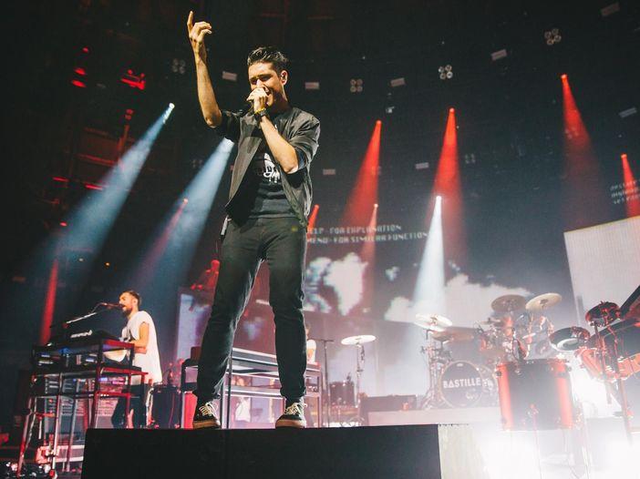 Bastille: annullati un paio di concerti per problemi alla gola del cantante, ma esce un nuovo video - GUARDA