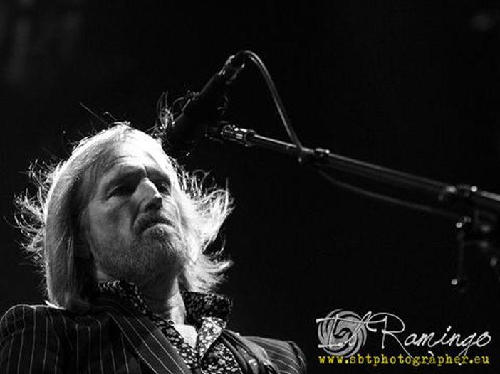 Coldplay e Peter Buck (ex R.E.M.), l'omaggio dal vivo a Tom Petty con 'Free Fallin'' - VIDEO / ASCOLTA
