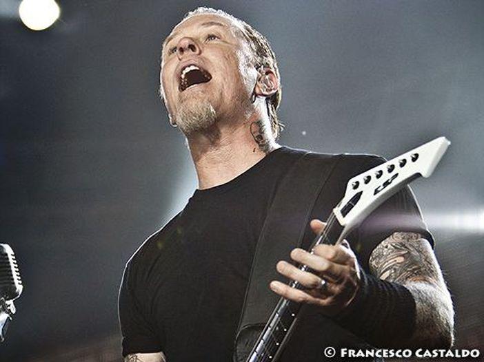 """James Hetfield (Metallica), dal vivo con la figlia Cali propone """"Crazy for you"""" di Adele"""
