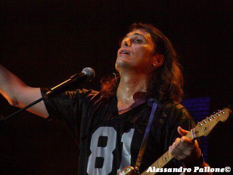 Brescia, Gianluca Grignani sul palco ubriaco al concerto di Omar Pedrini