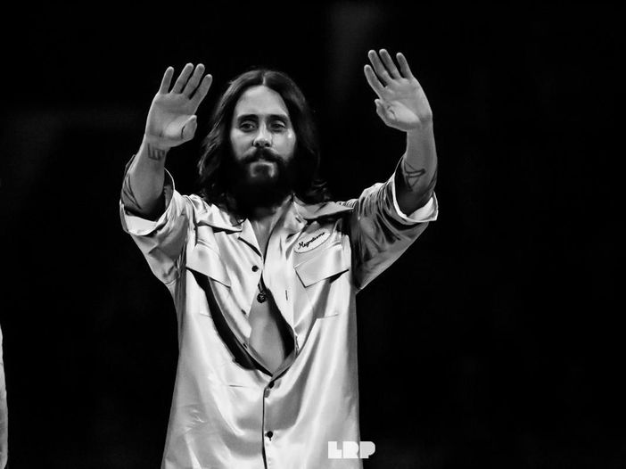 Jared Leto ha fatto l'autostop attraverso l'America per promuovere il nuovo album dei Thirty Seconds To Mars – VIDEO