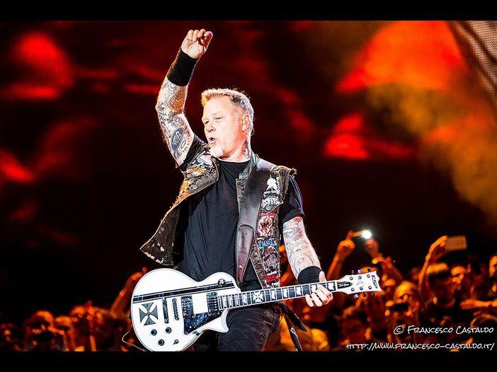 Metallica: guarda il capitombolo sul palco di Amsterdam di James Hetfield - VIDEO