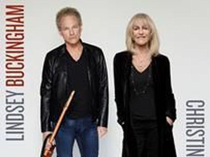 Lindsey Buckingham e Christine McVie dei Fleetwood Mac pubblicano il loro primo album