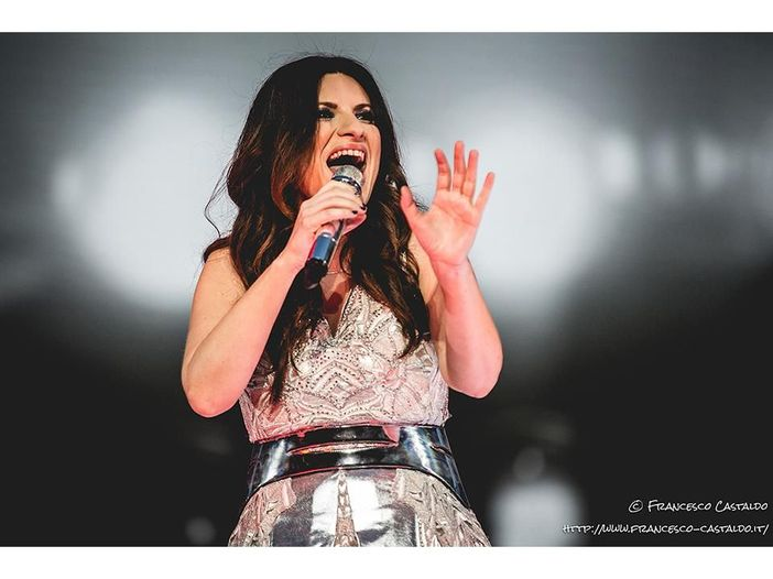 Laura Pausini annuncia l'album natalizio 'Laura Xmas': ecco la copertina