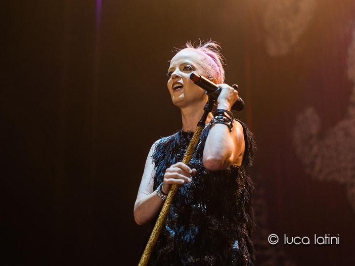 """Garbage: Shirley Manson elogia Billie Eilish per aver dato voce alle """"ragazze ribelli"""""""