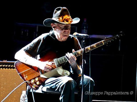 Johnny Winter e Billy Gibbons (ZZ Top) insieme per 'Where can you be' - ASCOLTA