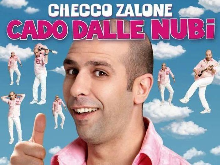 Checco Zalone invita a vaccinarsi con il nuovo video di 'La Vacinada' con Helen Mirren