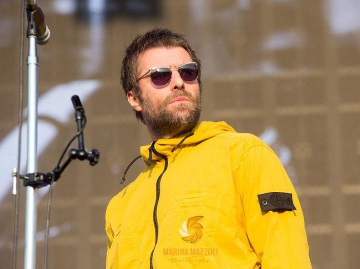 Londra, Liam Gallagher ascoltato dalla polizia per sospetti maltrattamenti alla compagna - VIDEO