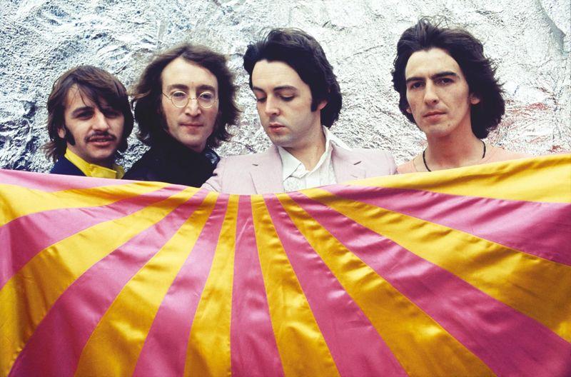 Beatles, U2, Oasis: le copertine dei dischi rifatte applicando il distanziamento sociale