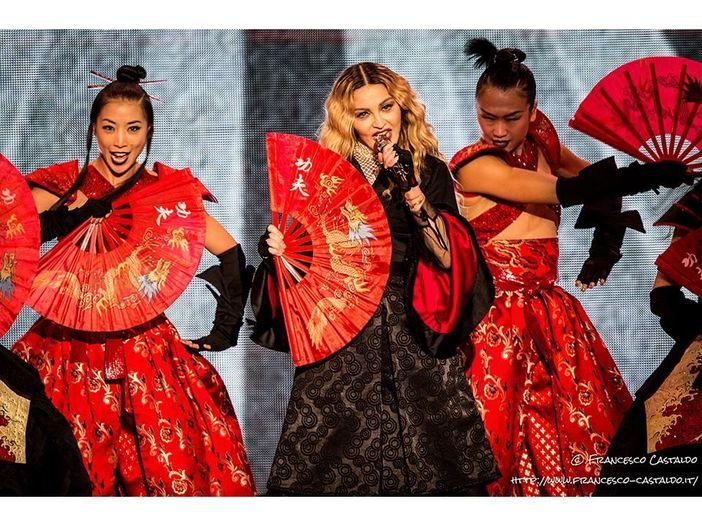 Madonna parla del coronavirus, ma indossa una maglia con il diavolo: è bufera sui social